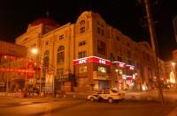 Город в огнях ночных фонарей