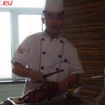 """Ресторан """"Синь Юй"""" в Хэйхэ (повар подает утку по-пекински)"""